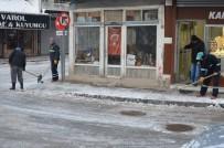 Okulların Tatil Edildiği Dursunbey'de Karla Mücadele Sürüyor