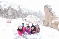 Kapadokya'da Turistler Karın Keyfini Çıkartıyor