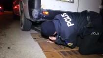 Minibüste Sıkışan Kediyi Polisler Kurtardı