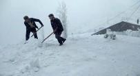 Sincik'te Karla Kaplanan Çatılar Temizleniyor