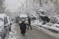 POLİS ŞAPKASI - Hakkari'de Kar Yağışı