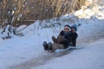 Çocukların Karın Keyfini Poşetlerle Kayarak Çıkarıyor