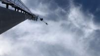 DÜNYA REKORU - 47 Metre Yüksekliğindeki Aydınlatma Direğinden Paraşütle Atladı