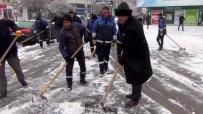 Belediye Başkanı Kürekle Kar Küredi