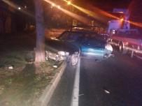 ELEKTRİK DİREĞİ - Kuşadası'nda Trafik Kazası; 2 Yaralı