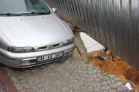 TOPRAK KAYMASI - Maltepe'de Yol Çöktü, Otomobil Askıda Kaldı