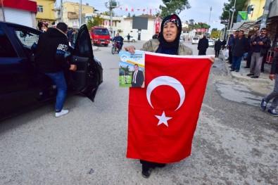 Yaşlı Kadın Elinde Bayrağı İle Teröre Meydan Okudu