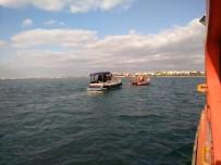 DENİZ POLİSİ - Kadıköy'de Kayalıklara Çarpan Tekne Batma Tehlikesi Geçirdi