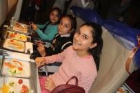 SIMÜLASYON - Uçakta Dağıtılacak Yemekleri Çocuklar Seçti