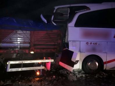 Bingöl'de Tır İle Otobüs Çarpıştı Açıklaması 8 Yaralı