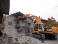 ÇÖKME TEHLİKESİ - Beyşehir'de Metruk Binalar Yıkılıyor