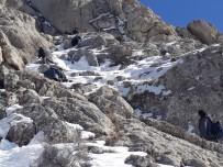 ASKERİ HELİKOPTER - Dağda Mahsur Kalan 8 Kişi Kurtarıldı