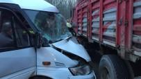 İŞÇİ SERVİSİ - Servis Minibüsü İle Kamyon Çarpıştı Açıklaması 4 Yaralı