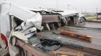 İŞÇİ SERVİSİ - Servis Minibüsü Kağıt Gibi Yırtıldı Açıklaması 10 Yaralı