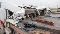 İŞÇİ SERVİSİ - Tıra Çarpan Servis Minibüsü Kağıt Gibi Yırtıldı Açıklaması 10 Yaralı