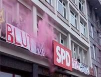 HAVAİ FİŞEK - Almanya'da PKK yandaşları SPD Binasını bastı