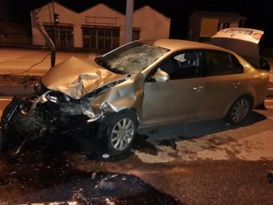 Otomobil Trafik Işıklarına Çarptı  Açıklaması 1 Yaralı
