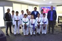 SERKAN ACAR - Genç Karatecilerden Başkan Serkan Acar'a Ziyaret