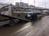 OKUL SERVİSİ - Okul Servisi İle Otomobil Çarpıştı Açıklaması 16 Yaralı