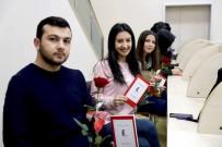 BAĞCıLAR BELEDIYESI - Sevgililer Günü Nedeniyle Kütüphaneyi Gül Bahçesine Çevirdiler
