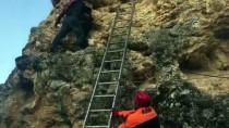 MAHSUR KALDI - Uşak'ta Kayalıklarda Mahsur Kalan Genç Kurtarıldı