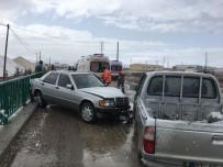 KAR YAĞıŞı - Kar Yağışı Nedeniyle Kayganlaşan Yolda Otomobil İle Kamyonet Çarpıştı Açıklaması 4 Yaralı