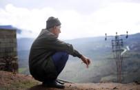 Sınırda Köylüler Bombardımanı İzliyor