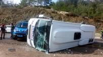 YOLCU MİDİBÜSÜ - Yolcu Midibüsü Devrildi Açıklaması 10 Yaralı