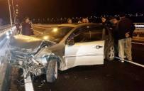 DİKKATSİZLİK - Bariyerlere Çarpan Otomobilin Sürücüsü Araç İçinde Sıkıştı