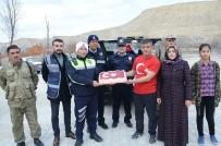TÜRK BAYRAĞI - Darendeli Kapıcıdan Mehmetçik Ve Polise Pastalı Destek
