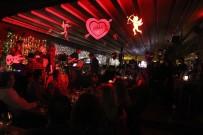 EVLİLİK TEKLİFİ - Marmaris'te Eğlence Mekanları Kış Ortasında Yaz Yoğunluğu Yaşadı