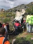 AKARYAKIT TANKERİ - Mersin'de Tır Şarampole Yuvarlandı Açıklaması 2 Yaralı