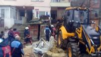 SARIYER - Sarıyer'de Çöken Balkonun Altında Kalan İneği İtfaiye Kurtardı