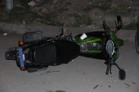 CUMHURIYET ÜNIVERSITESI - 1 Motosiklete 4 Kişi Binen Afgan Aileye Otomobil Çarptı Açıklaması 4 Yaralı