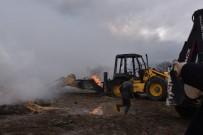 Çiftlikte Çıkan Yangında Tonlarca Saman İle İş Makinesi Kül Oldu