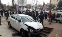 Adıyaman'da Kontrolden Çıkan Otomobil Dehşet Saçtı Açıklaması 2 Yaralı
