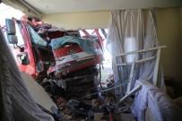 MEHMET ÖZDEMIR - Çöp Kamyonu Eve Girdi Açıklaması 3 Yaralı