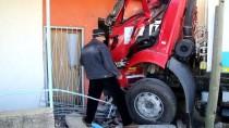 MEHMET ÖZDEMIR - Otomobille Çarpışan Çöp Kamyonu Eve Girdi Açıklaması 3 Yaralı