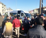 CEVDET YILMAZ - Öğrenci Servisi Otomobille Çarpıştı Açıklaması 12 Yaralı