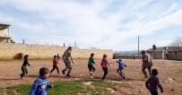 ÖZGÜR SURİYE - Kurtarılan Köyde ÖSO Askerleri Çocuklarla Top Oynadı
