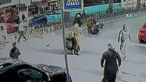 BEBEK ARABASI - Moto Kurye, İçinde 2 Çocuğun Bulunduğu Bebek Arabasına Böyle Çarptı