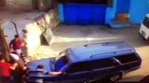 AYDINLATMA DİREĞİ - Otomobilin Kadına Çarpma Anı Kamerada