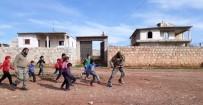 ÖZGÜR SURİYE - PKK/PYD'den Kurtarılan Köyde ÖSO Askerleri Çocuklarla Top Oynadı