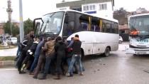 YOLCU MİNİBÜSÜ - Servis Aracıyla Minibüs Çarpıştı Açıklaması 1 Yaralı