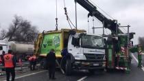 HADıMKÖY - Çöp Kamyonu Devrildi Açıklaması 2 Yaralı