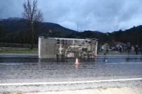 KORUCUK - Islak Yolda Kayan Midibüs Devrildi Açıklaması 5 Yaralı
