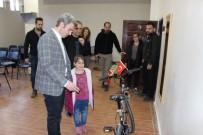 HATIRA FOTOĞRAFI - İstiklal Marşının 10 Kıtasını Ezbere Okuyan İlkokul Öğrencisine Kaymakamdan Bisiklet Hediyesi