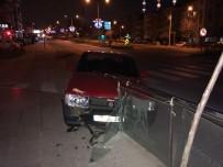 YAYA KALDIRIMI - Kontrolden Çıkan Araç Cam Bariyerlere Çarptı Açıklaması 1 Yaralı