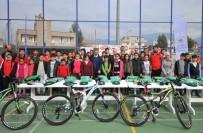 BADMINTON - Osmaniye'de Gençlere Spor Malzemesi Dağıtıldı