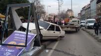BOYA SANDIĞI - Dur İhtarına Uymayan Sürücü Kaldırıma Çıkıp Panoya Çarptı